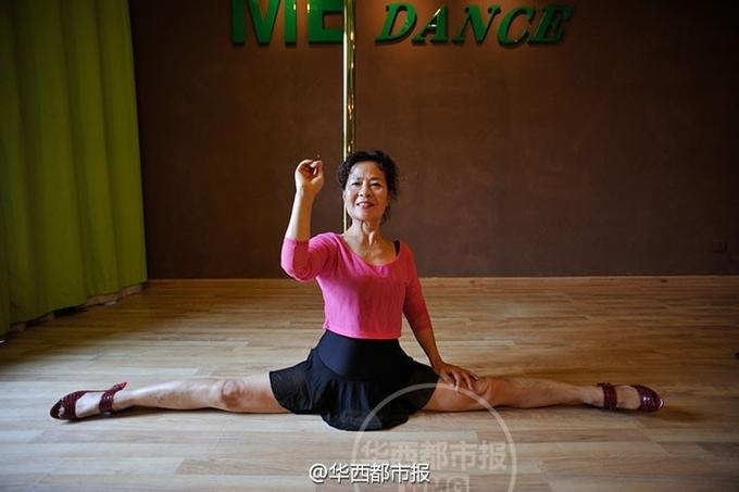 Cụ bà 70 tuổi tập múa cột giữ dáng