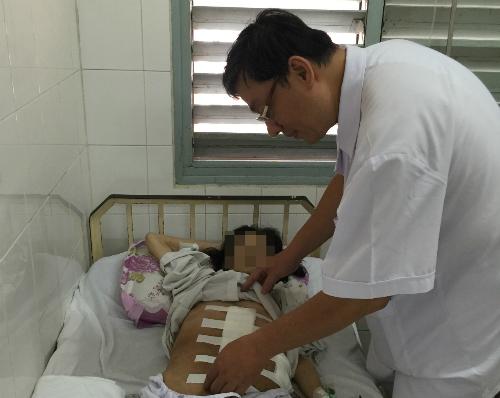 Tiến sĩ Phạm Hùng Cường đang khám cho bệnh nhân sau phẫu thuật. Ảnh: H.G