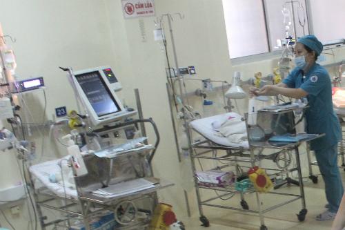 Trẻ sinh non đòi hỏi phải nằm viện, chăm sóc y tế lâu dài hơn trẻ đủ tháng. Ảnh: Lê Phương.