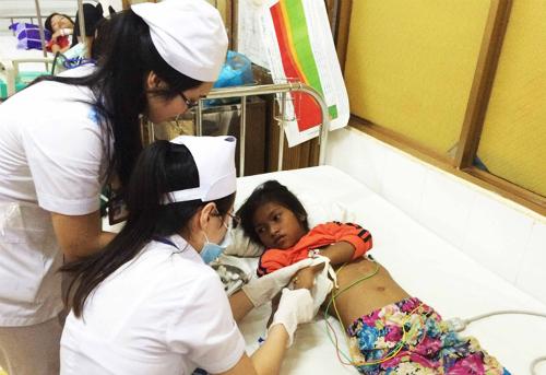 Bệnh nhi Hchúa Byă đang được cấp cứu tại Bệnh viện Đa khoa tỉnh Đắk Lắk. Ảnh: Kh.Uyên.
