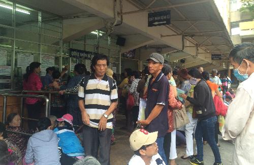 Người dân chen chúc chờ khám bệnh tại Bệnh viện Ung bướu TP HCM. Ảnh: Lê Phương.