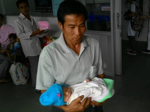 Người bố nuôi đưa bé Khê tới bệnh viện Nhi đồng 1. Ảnh: T.P