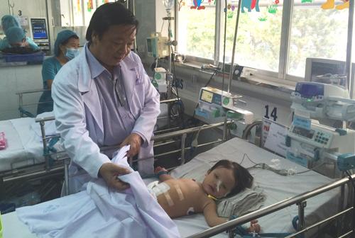 au mổ 2 ngày bé hồi phục ổn định, các chỉ số sinh hiệu tốt, tươi tỉnh hồng hào