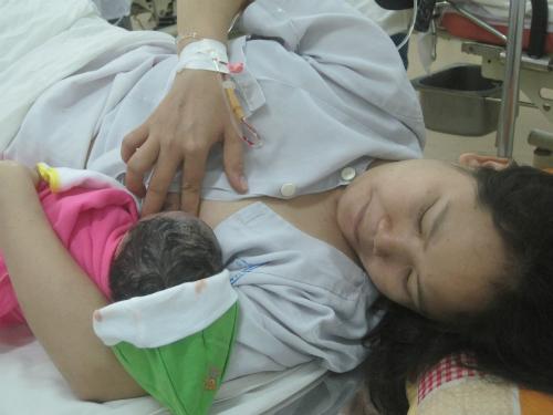 """Trẻ cần được """"đụng chạm tích cực"""" từ ôm, hôn, vuốt ve ngay khi chào đời càng sớm càng tốt. Ảnh: Lê Phương."""