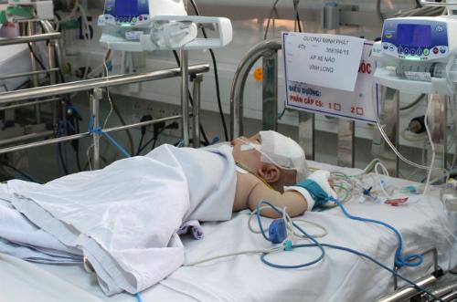Bé Phát hiện đang được theo dõi chặt chẽ trong phòng hồi sức ngoại, Bệnh viện Nhi đồng 1. Ảnh: Lê Phương.