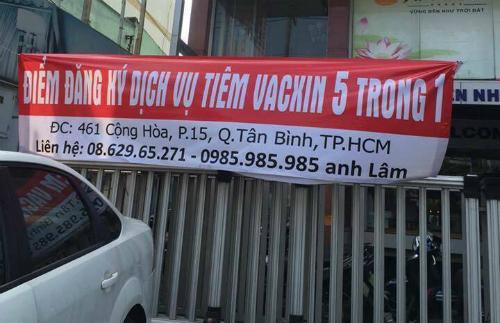 Băng rôn quảng cáo được treo trước một cửa hàng bán đồ trang trí nội thất tại TP HCM. Ảnh: