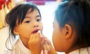 Hiểm họa khôn lường khi trẻ con đánh phấn tô son