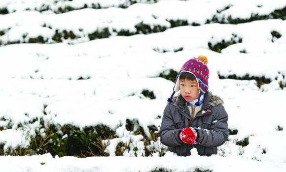 Em bé giữa trời tuyết tại Tân Bắc (Đài Loan). Ảnh: AP.