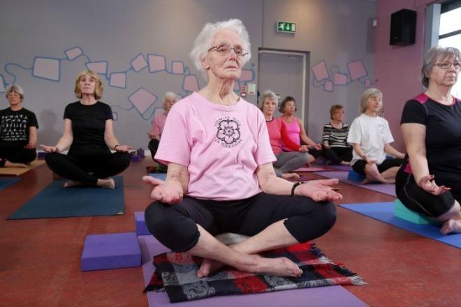 Bà cụ 100 tuổi bền bỉ luyện yoga