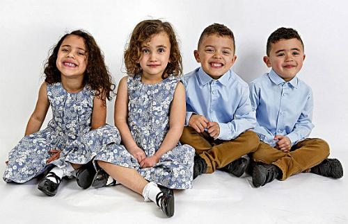 Cặp bé trai sinh đôi Harry và Oscar hiện 5 tuổi và cặp bé gái Annie và Eliza lên 4. Ảnh: English News.
