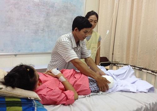 Sau nhiều ngày bó bột vì gãy mâm chày, động mạch nuôi cẳng chân phải của nữ sinh lớp 10 bị tắc hoàn toàn, xuất hiện hoại tử lan rộng, các cơ ở dưới chân không còn sống nữa. các bác sĩ buộc phải mổ cắt bỏ 1/3 dưới đùi phải để bảo toàn tính mạng cho bệnh nhân. Ảnh: T.N