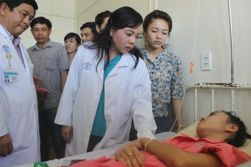 Bộ trưởng Y tế Nguyễn Thị Kim Tiến thăm hỏi bệnh nhân Lê Thị Hà Vi tại Bệnh viện Chợ Rẫy chiều 19/3