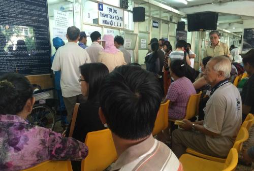 Bệnh nhân khám bệnh tại Bệnh viện Ung bướu TP HCM. Ảnh: Lê Phương.