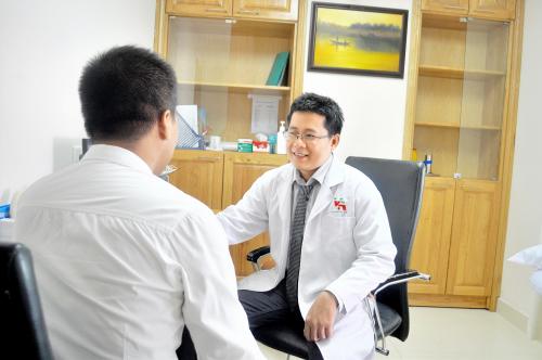 ThS.BS Dương Quang Huy tư vấn cho khách tới khám.