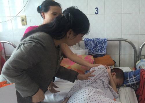 Bộ trưởng Y tế thăm hỏi bệnh nhi 12 tuổi bị ung thư não. Ảnh: Lê Phương.