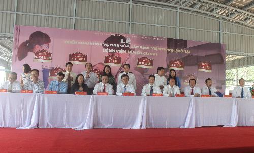 Đại diện lãnh đạo 10 bệnh viện thành phố tham gia ký triển khai vệ tinh tại Bệnh viện huyện Củ Chi. Đây là chuyến đi mang nhiều ý nghĩa của ngành y tế thành phố. Ảnh: Lê Phương.