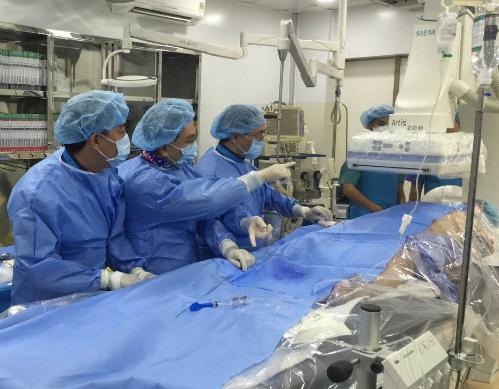 Ca can thiệp tim mạch diễn ra tại Bệnh viện Quận Thủ Đức. Ảnh: Q.C