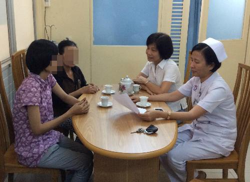 Bác sĩ Ngọc Thu (bên trong) và đồng nghiệp tư vấn gia đình người hiến tạng. Ảnh: N.T