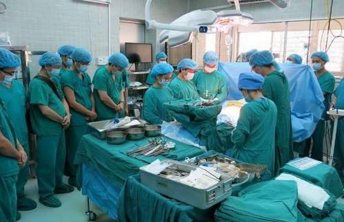 Y bác sĩ dành một phút mặc niệm tri ân chàng trai hiến tạng cứu 4 người. Ảnh: BV