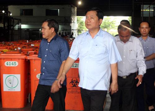 Bí thư Thành ủy Đinh La Thăng đi kiểm tra bãi rác Đông Thạnh ngay sau buổi tiếp xúc cử tri ngày 11/5. Ảnh: Thiên Ngôn.