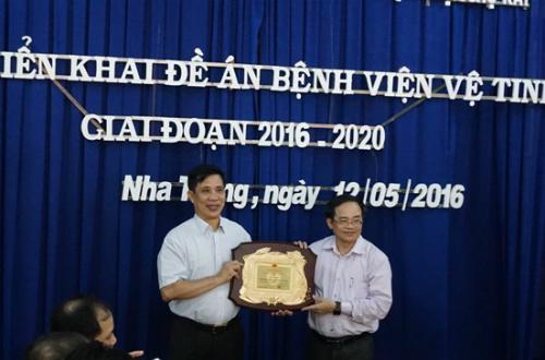 Bệnh viện Chợ Rẫy nhận bằng khen của UBND tỉnh Khánh Hòa trao tặng. Ảnh: N.H