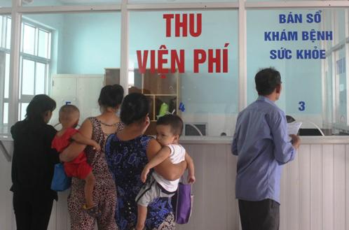 Người dân đến khám bệnh tại Bệnh viện huyện Củ Chi. Ảnh: Lê Phương.