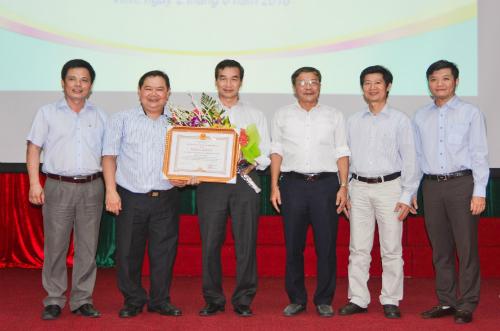 Nhân dịp này, UBND tỉnh Nghệ An cũng đã tặng bằng khen cho Trung tâm đào tạo - Chỉ đạo tuyến bệnh viện Chợ Rẫy. Ảnh: N.H