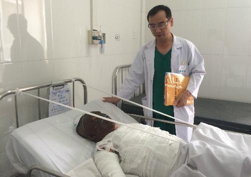 Bệnh nhân Phan Thanh Sáng được theo dõi tại khu săn sóc đặc biệt Khoa Phỏng Bệnh viện Chợ Rẫy. Ảnh: Lê Phương.