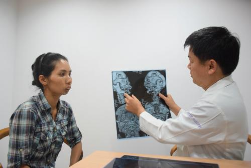 Rơi vào tuyệt vọng sau ca mổ cắt toàn bộ xương hàm cách đây 3 năm, khuôn mặt biến dạng, Nie trở nên già hơn rất nhiều so với tuổi. Ảnh: T.D