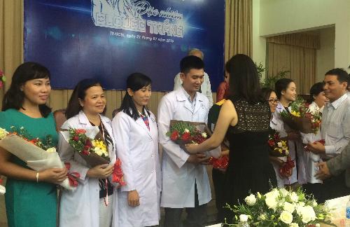 Hoa hậu đền Hùng Giáng My và ban tổ chức tặn hoa cho đại diện 12 đội chơi trong buổi ra mắt. Ảnh: Lê Phương.