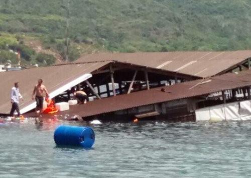 Nhà hàng nổi bị chìm. Ảnh: H.T