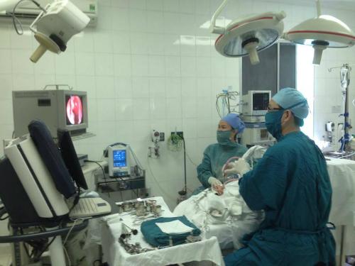 Bác sĩ Hớn và kíp mổ thực hiện phẫu thuật nội soi. Ảnh: T.P