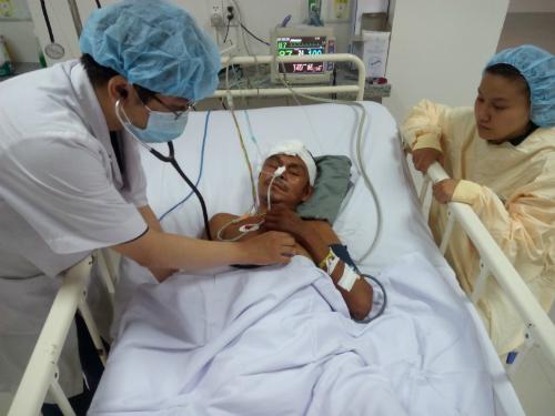 Nam bệnh nhân được chăm sóc sau mổ. Ảnh: T.P
