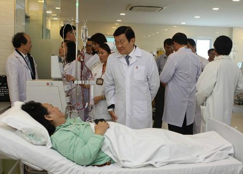 Nguyên chủ tịch nước Trương Tấn Sang thăm hỏi bệnh nhân chạy thận. Ảnh: Lê Phương.