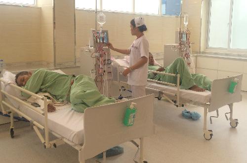 Bệnh nhân được lọc máu chạy thận trong môi trường theo chuẩn quốc tế. Ảnh: Lê Phương.