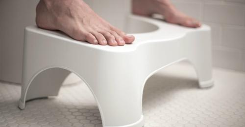 Ghế nhà vệ sinh và chân ghế đặc biệt cho phép uốn cong hông và nâng cao chân. Ảnh: nicoday.