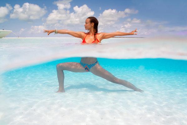 ve-ky-ao-co-gai-trinh-dien-yoga-duoi-long-dai-duong-5