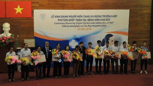Giáo sư Nguyễn Viết Tiến, Thứ trưởng Bộ Y tế và phó giáo sư Nguyễn Trường Sơn, Giám đốc Bệnh viện Chợ Rẫy tặng hoa, bằng khen tri ân những người hiến tạng.