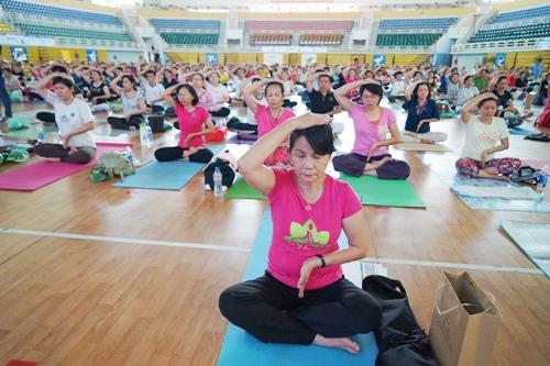2000-nguoi-sai-gon-cung-thuc-hanh-yoga-tri-benh