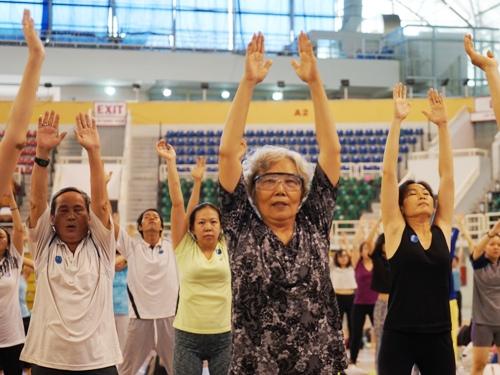 2000-nguoi-sai-gon-cung-thuc-hanh-yoga-tri-benh-1
