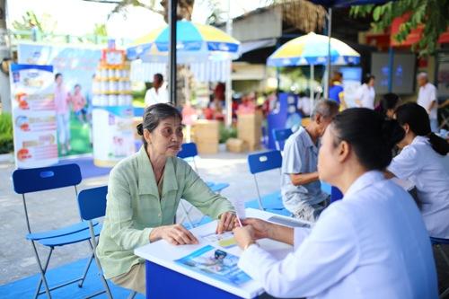 Ngườicao tuổi được tư vấn, giải đáp các thắc mắc liên quan đến sức khỏe và chế độ dinh dưỡng phù hợp