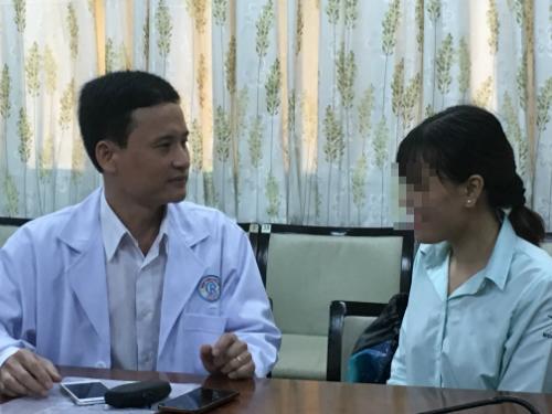 Bệnh nhân hồi phục trò chuyện cùng bác sĩ. Ảnh: Lê Phương.