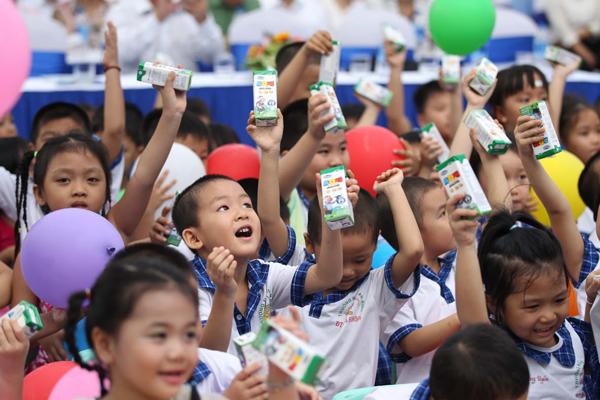 Chương trình sữa học đường góp phần cải thiện nhận thức của cộng đồng về việc uống sữa đối với sức khỏe và sự phát triển của trẻ, giúp phụ huynh yên tâm về nguồn gốc và chất lượng sữa con uống tại trường, giảm bớt gánh nặng chi phí mua sữa cho gia đình.