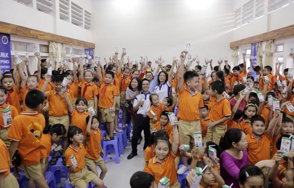 Từ khi bắt đầu Sữa học đườngđến nay, ước tính có khoảng 380.000 học sinh được hưởng chương trình này và tổng ngân sách tài trợ của Vinamilk là 92 tỷ đồng. Ảnh:Anh Quân