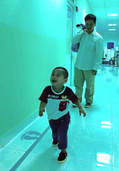 Huy tái khám ngày 25/10 tại Bệnh viện Nhi đồng 1 cho kết quả tốt. Ảnh: T.P