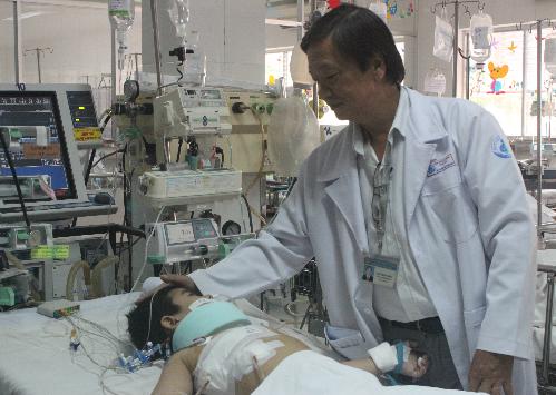 Bệnh nhân đang được hồi sức tại Bệnh viện Nhi đồng 1. Ảnh: Lê Phương.