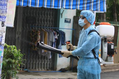 TP HCM tổ chức phun xịt hóa chất diệt muỗi trên diện rộng. Ảnh: SYT