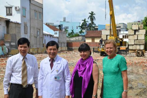 Bà Irene Lejeune (thứ 2 từ phải sang) cùng các bác sĩ Bệnh viện Đà Nẵng. Ảnh Bệnh viện cung cấp.
