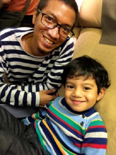 Anh Ihsan cùng gia đình tổ chức lễ Hari Raya Idul Fitri; cùng con trai Athar,
