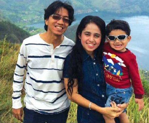 Anh Ihsan, cùng vợ -chị Nikmat Hotmaini và con trai họ - Athar bên hồToba, Indonesia.
